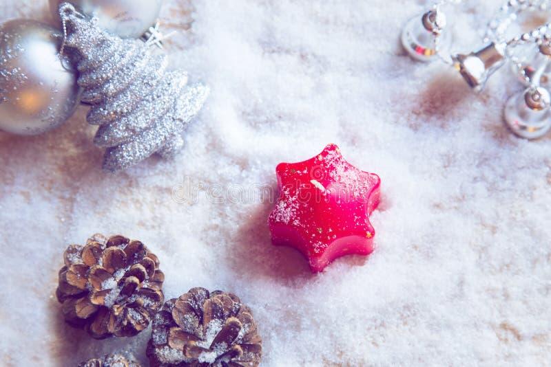 Красная свеча пришествия окруженная украшениями рождества стоковое фото rf