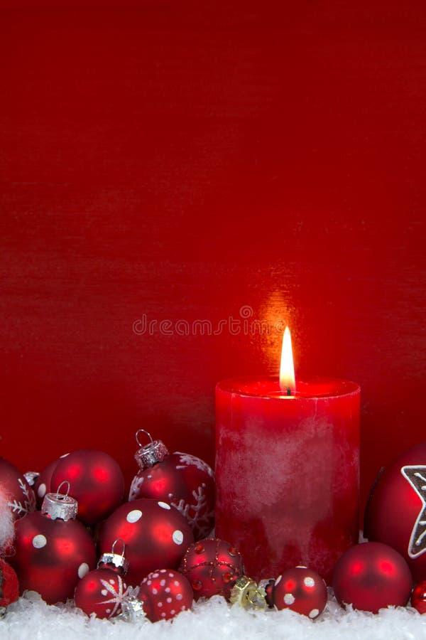 Красная свеча рождества с шариками на деревянной предпосылке стоковые фотографии rf