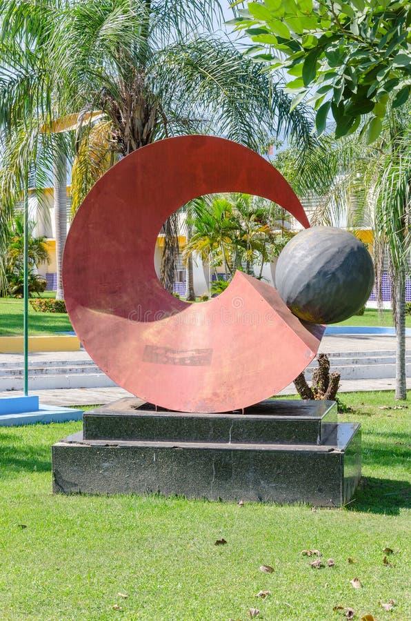 Красная скульптура перед здание муниципалитетом Порту Velho стоковые изображения