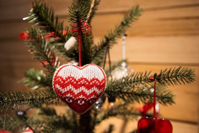 Красная смертная казнь через повешение сердца на рождественской елке стоковое фото rf