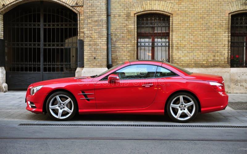 Красная спортивная машина Мерседес-Benz в улице стоковое фото