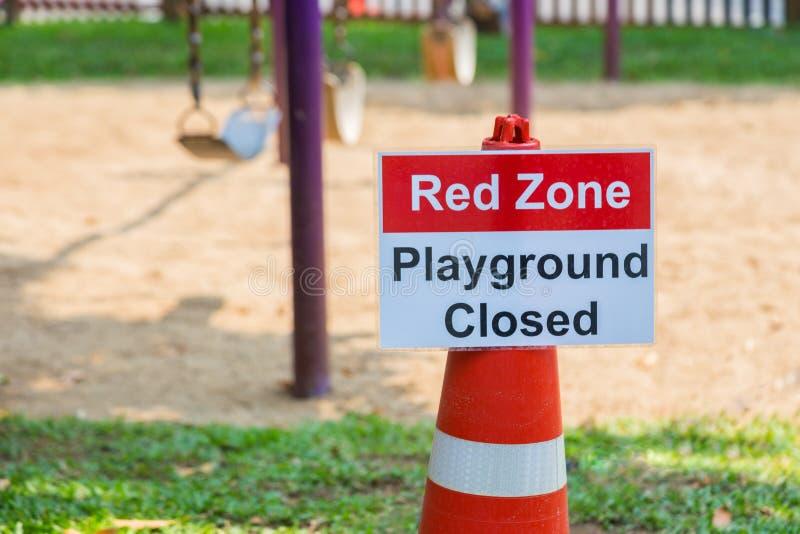 Красная спортивная площадка зоны закрыла оприходование знака на спортивной площадке детей стоковые фотографии rf
