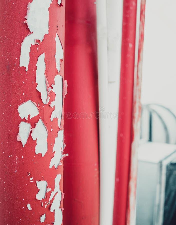 Красная старая выскобленная труба краски на крыше стоковые изображения