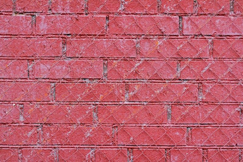 Красная старая кирпичная стена с железной решеткой стоковые изображения