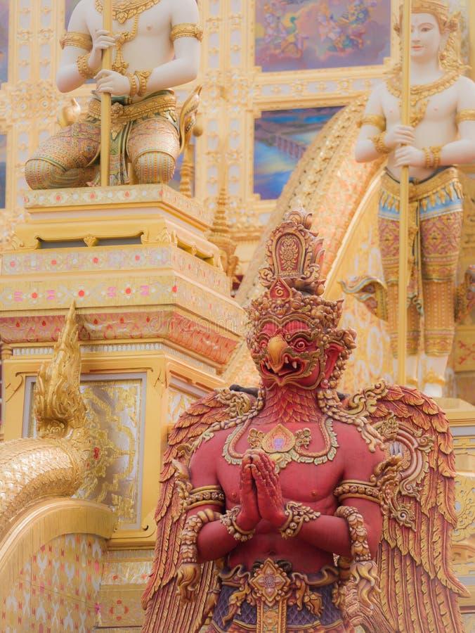 Красная статуя Garuda на королевском крематорие для HM короля Bhumibol стоковые фотографии rf