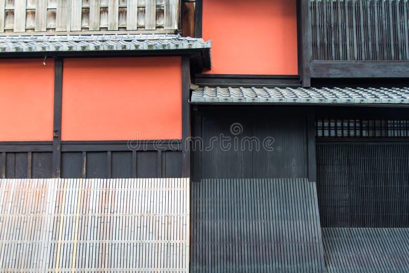 Красная стена в арии Gion в Киото стоковые фото