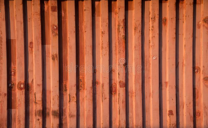 Красная стена контейнера которая построена как временный офис стоковое изображение rf