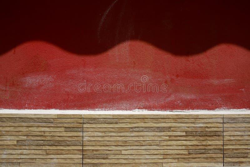 Красная стена с, который развевали тенью стоковые изображения rf
