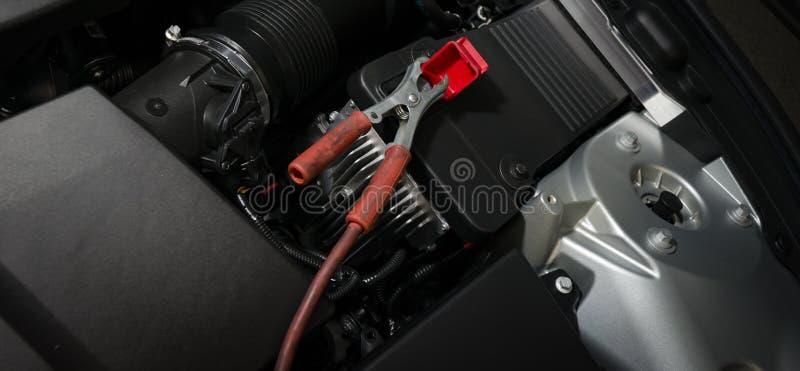 красная струбцина на автомобильном аккумуляторе стоковое изображение