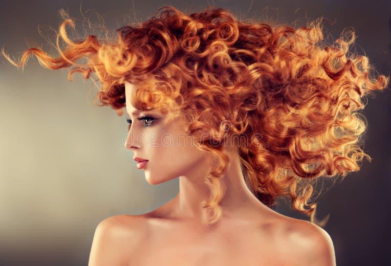 Красная с волосами девушка с курчавым стилем причёсок стоковая фотография rf