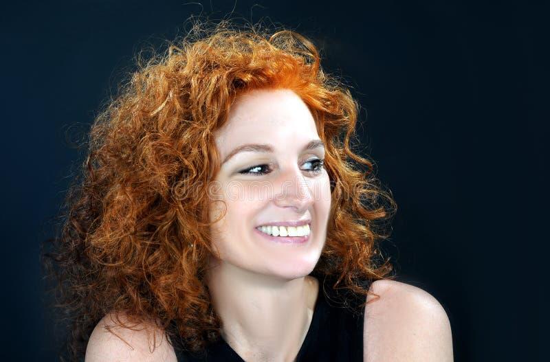 Красная с волосами средняя постаретая женщина стоковое изображение