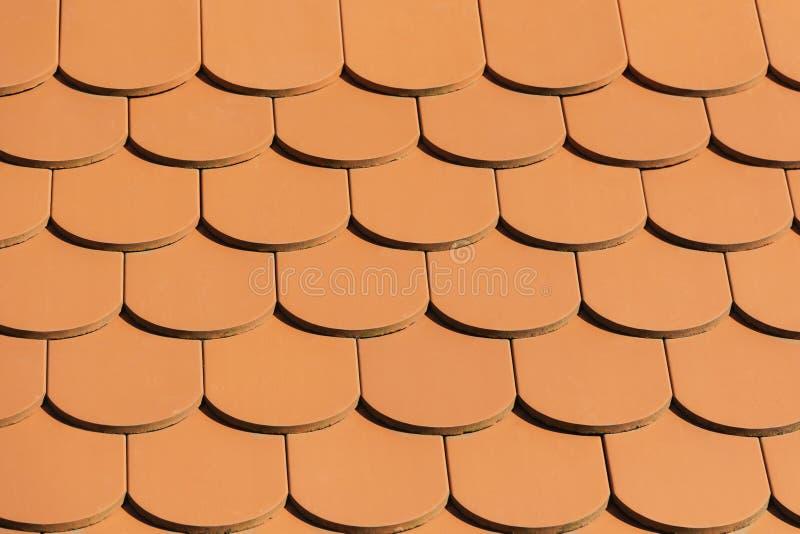 красная текстура крыши Закройте вверх по крыше плитки абстрактная предпосылка стоковые изображения