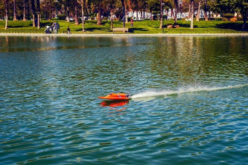 Красная удаленная игрушка корабля в озере стоковое изображение
