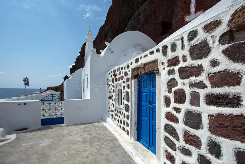 Красная церковь Santorini пляжа стоковые изображения rf