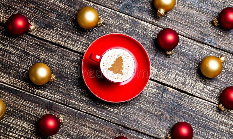 Красная чашка капучино с безделушками рождества стоковое изображение rf