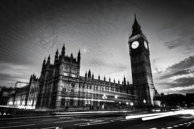 Красная шина, большое Бен и дворец Вестминстера в Лондоне, Великобритании Dulles на ноче черная белизна стоковое изображение