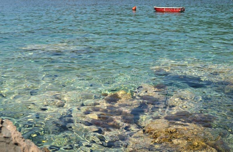 Красная шлюпка рыб на голубом море стоковые изображения rf