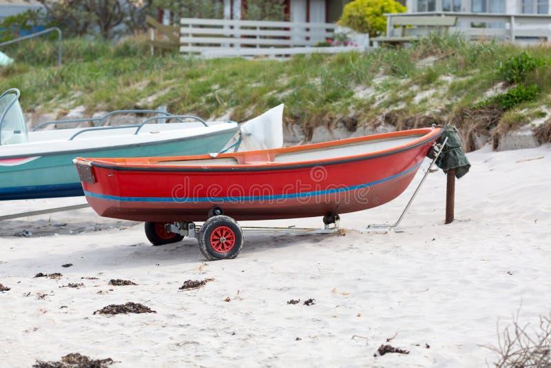 Download Красная шлюпка стоковое фото. изображение насчитывающей dinghy - 40582866