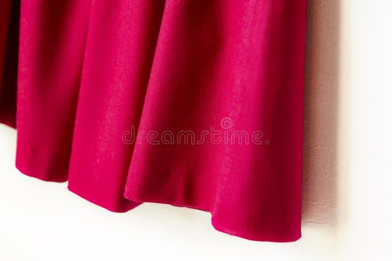 Красная юбка женщин изолированная на белой предпосылке стоковая фотография