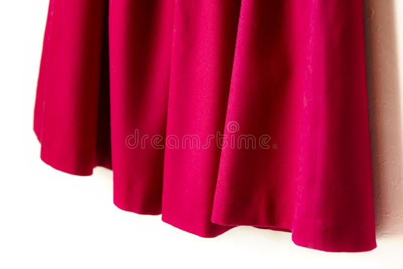 Красная юбка женщин изолированная на белой предпосылке стоковая фотография rf