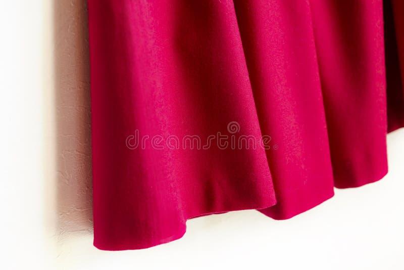 Красная юбка женщин на белой предпосылке стоковое изображение