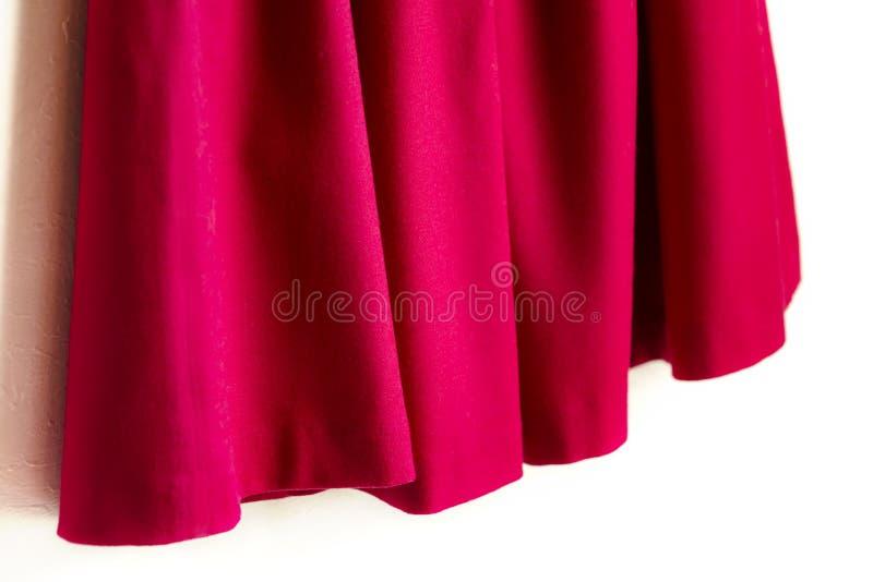 Красная юбка женщин на белой предпосылке стоковые фотографии rf