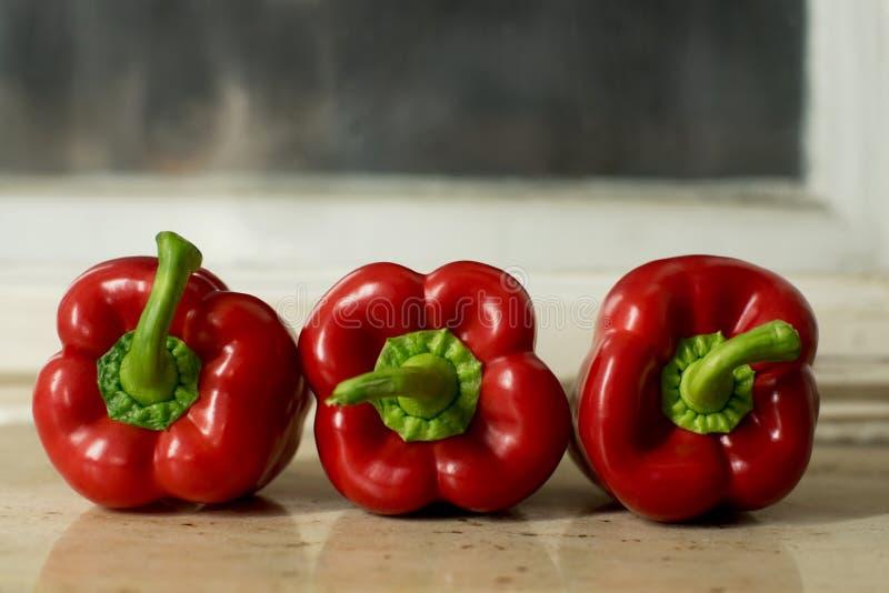 3 красного перца, паприки, Capsicums сверху стоковая фотография rf