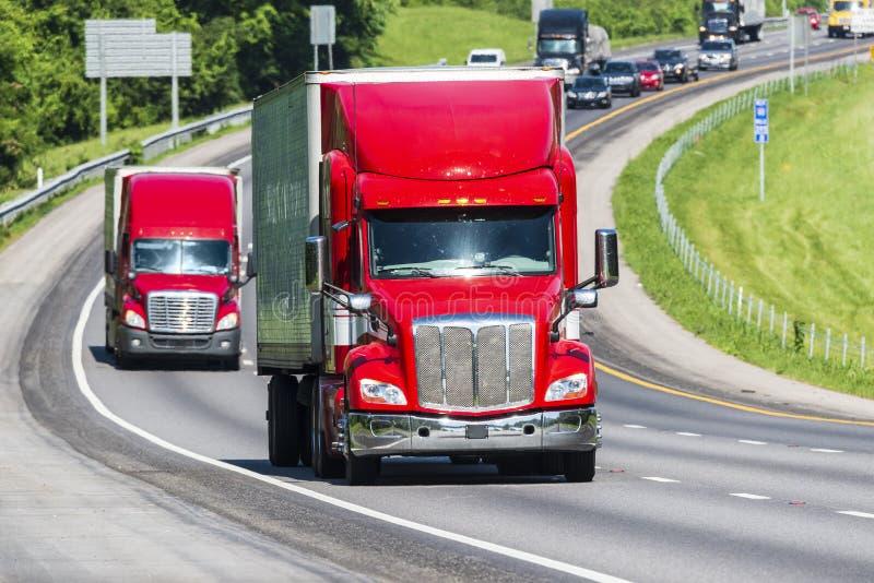 Красного цвета тележки Semi на шоссе стоковые фотографии rf