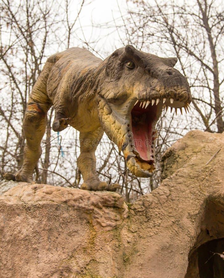 Краснодар, Российская Федерация 5-ое января 2018: Модель динозавра в парке сафари города Краснодара стоковые изображения rf