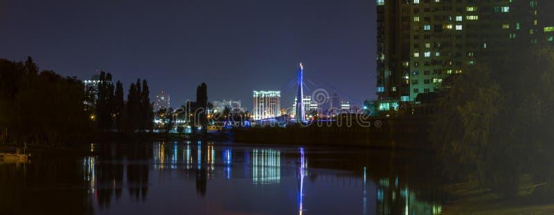 Краснодар, Россия - могут 9, 2019: Обваловка Кубань, который отражен в поверхности воды залива реки Кубань стоковое изображение
