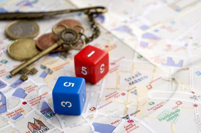 Краснодар, Россия, 6-ое февраля 2019: Dices, декоративный ключ, и деньги на картах Праги стоковые фото