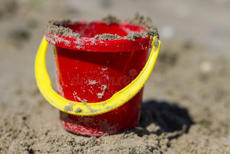 Красное ведро пляжа ` s ребенка стоковое фото rf