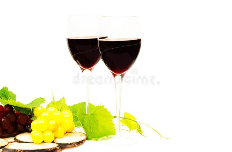 Красное вино в стеклах и виноградине стоковые изображения rf