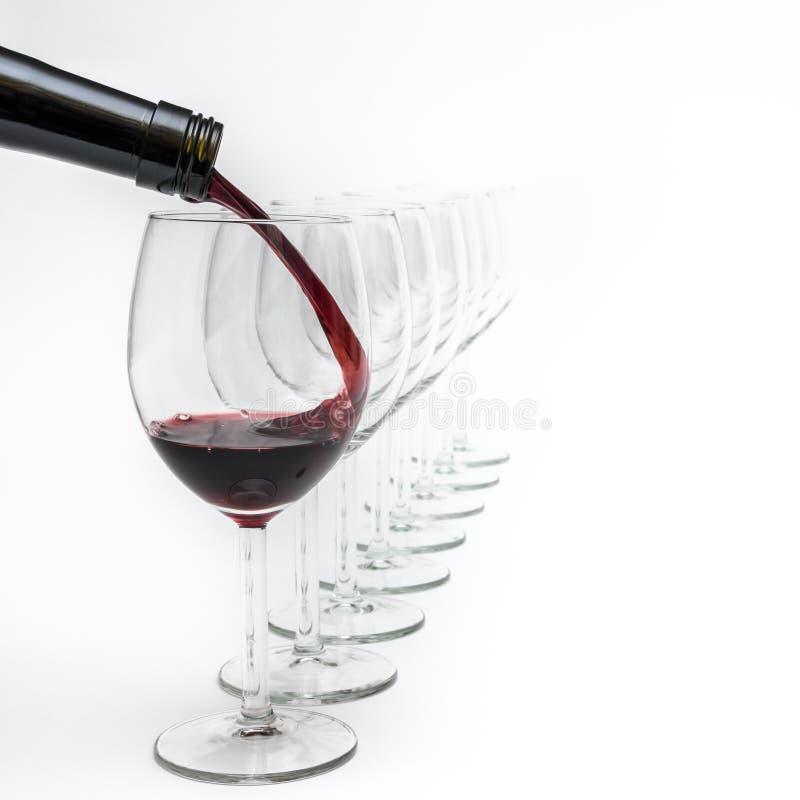 Красное вино полито в стекло от темной ой-зелен бутылки стоковое изображение rf