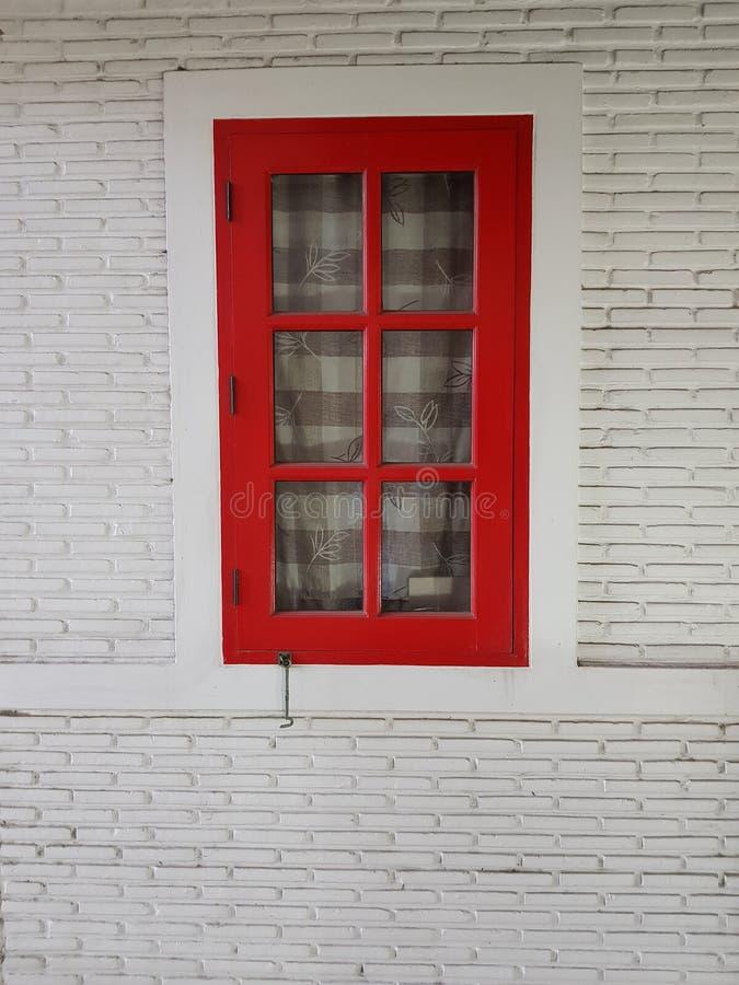 Красное деревянное окно установило на белую стену стоковые изображения