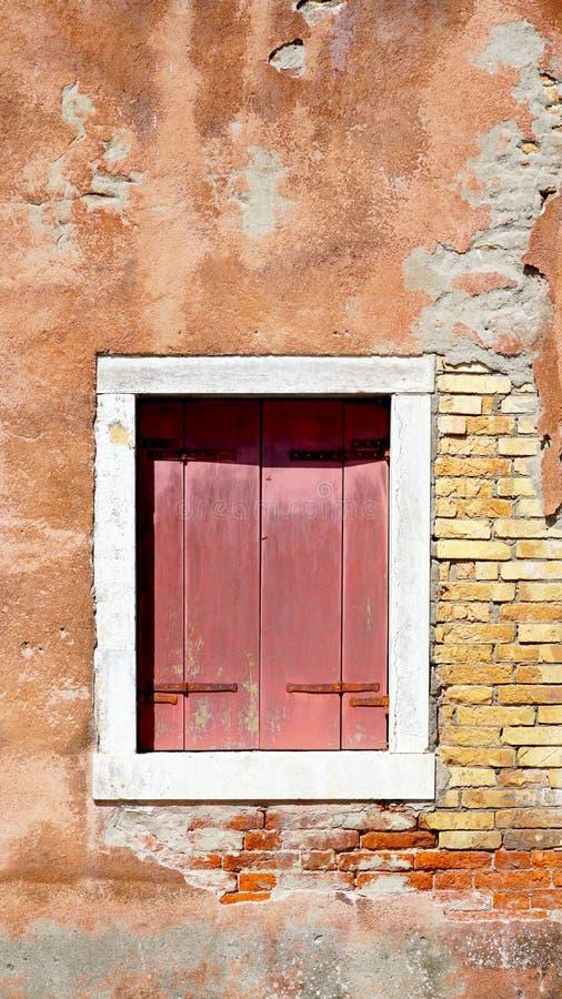 Красное деревянное окно и старая стена спада стоковая фотография rf