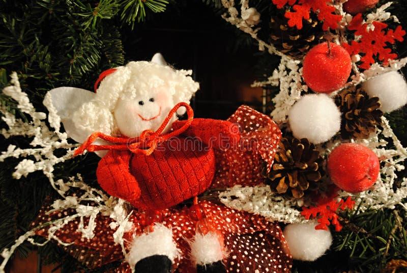 Красное и белое украшение - кукла счастливого рождеств, красные снежинки и елевые конусы стоковые фотографии rf