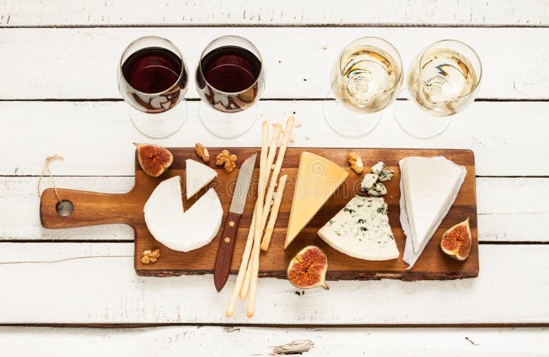 Красное и белое вино плюс различные виды сыров (сырная доска) стоковая фотография rf