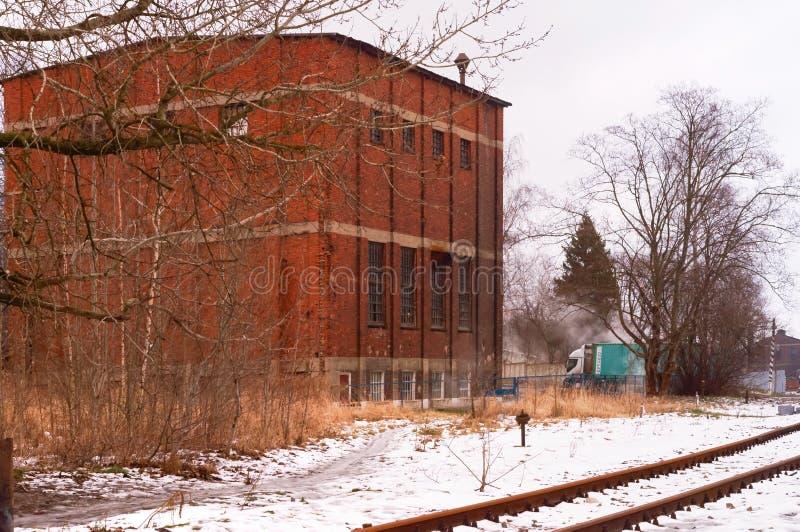Красное кирпичное здание, здание 3-этажа промышленное, котельное помещение стоковая фотография rf