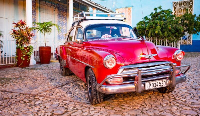 Красное классическое Chevy припарковано перед домом стоковые изображения rf