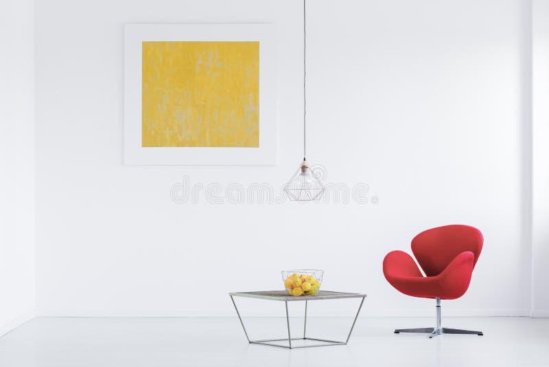 Красное кресло в белой квартире стоковое изображение