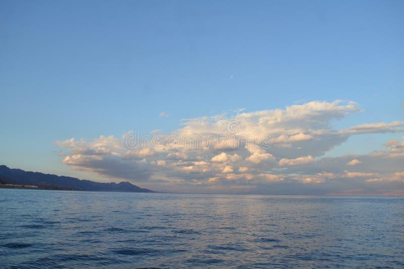 Красное Море с тонкими облаками над горизонтом моря стоковая фотография