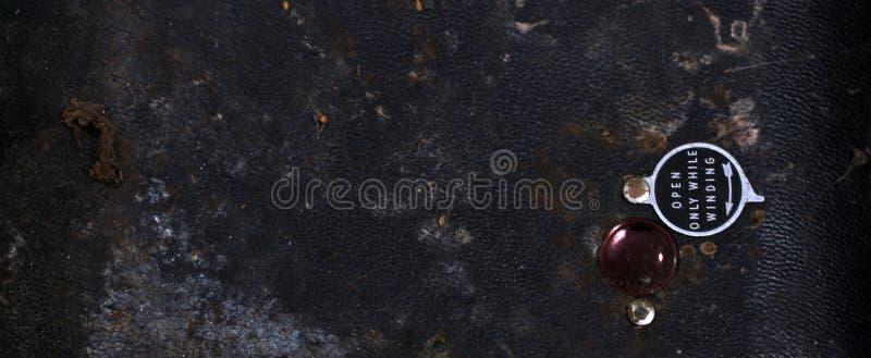 Красное окно дальше подпирает винтажной камеры стоковая фотография rf