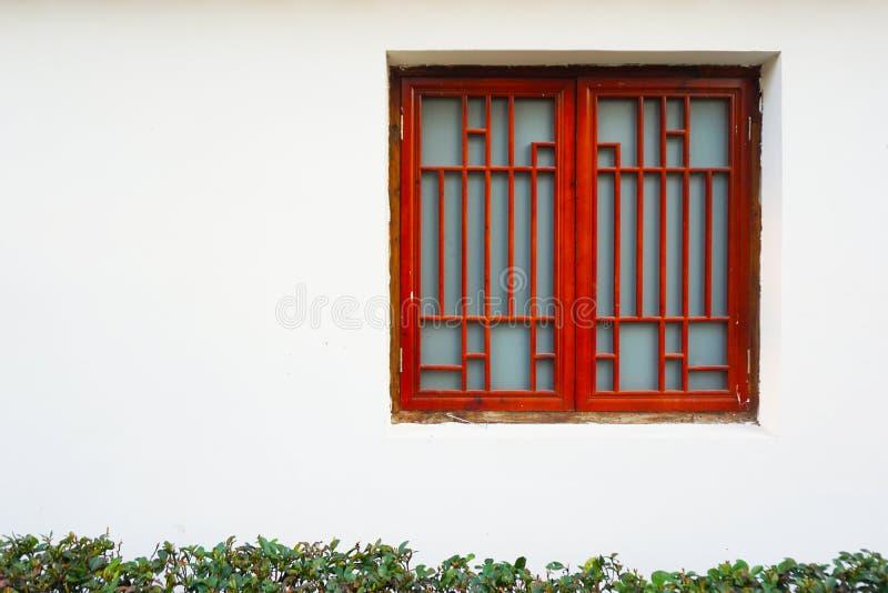 Красное окно против белой предпосылки стены стоковая фотография rf