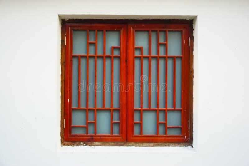 Красное окно против белой предпосылки стены стоковое изображение