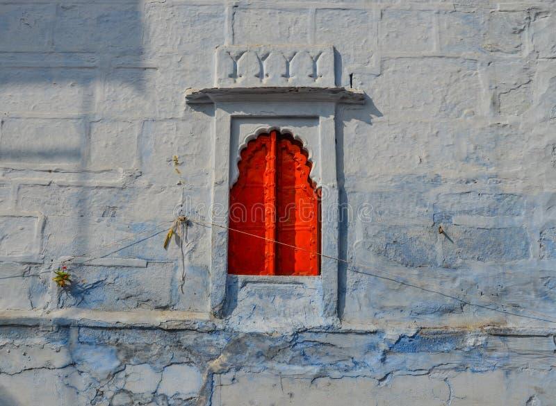 Красное окно старинного здания стоковая фотография rf