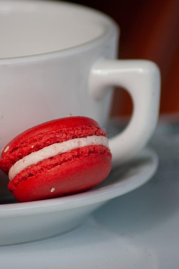 Красное печенье Macaron с кружкой белого кофе стоковые изображения rf