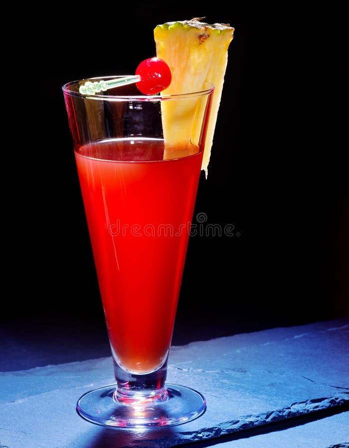 Красное питье с вишней и ананасом 23 стоковое изображение