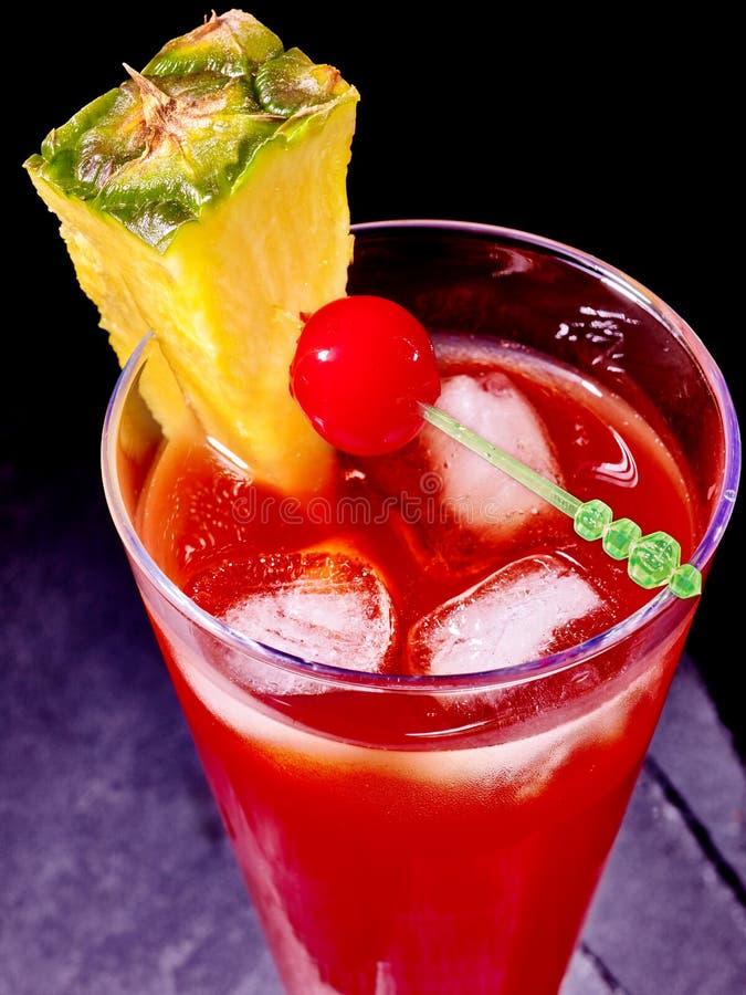 Красное питье с вишней и ананасом стоковые изображения rf