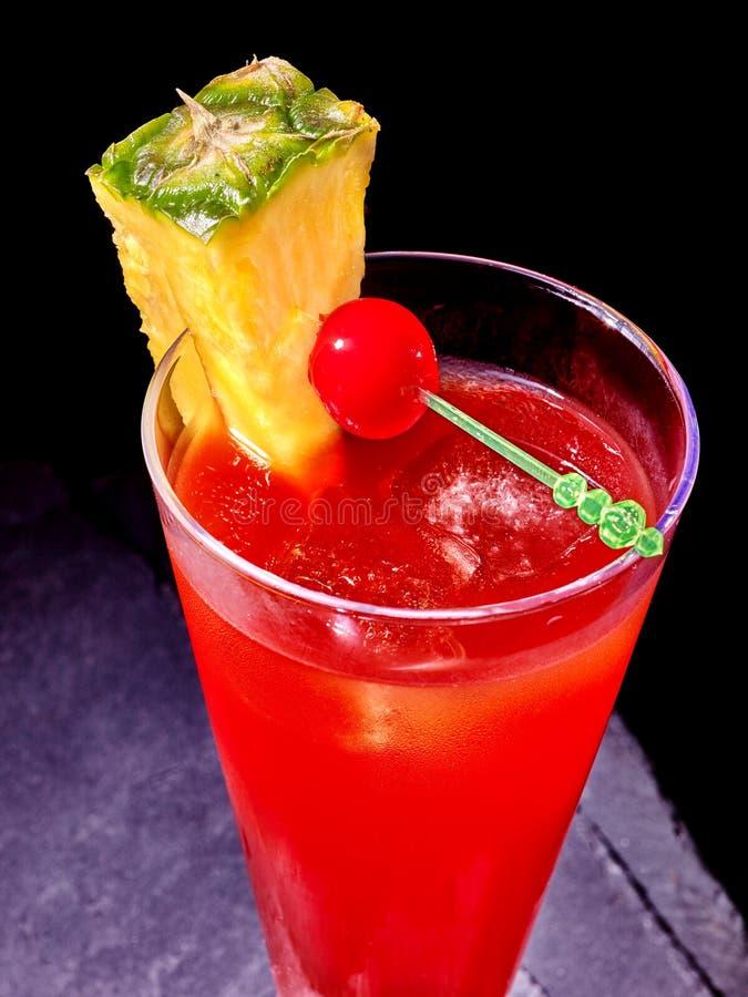 Красное питье с вишней и ананасом стоковая фотография rf